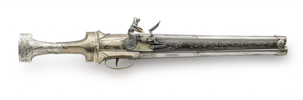 Σπάνια τουρκική πιστόλα του 18ου αι. με δύο κάννες. Η λαβή της είναι μαχαίρι, η λάμα του οποίου φέρει επιγραφή στα αραβικά: «Κανένας δεν είναι πιο ήρωας απο τον Αλή και κανένα ξίφος πιο κοφτερό απο του Ζουλφικάρ».